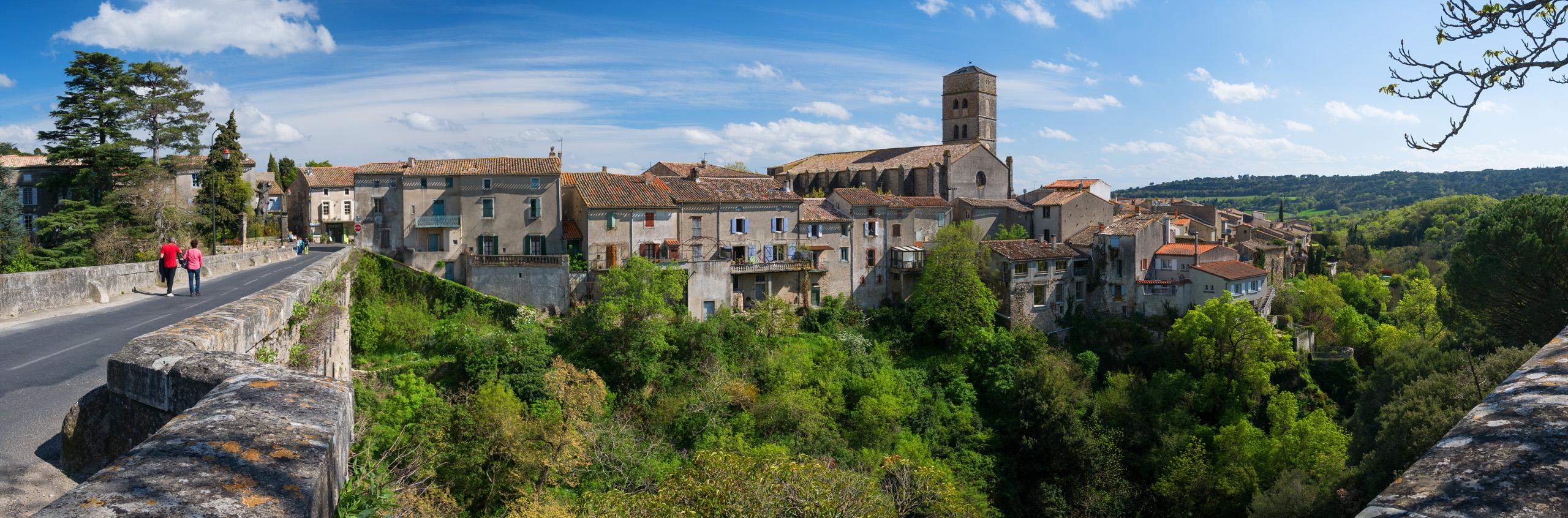 Montolieu, Village du Livre (Aude, 11) - Panorama du village vu du pont