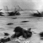 Robert Capa - Débarquement, soldat dans l'eau